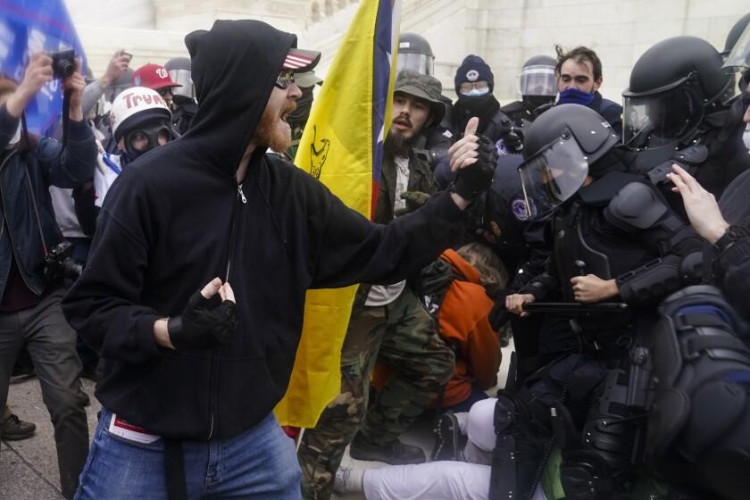 Partidarios de Donald Trump enfrentan a la policía durante la toma del Congreso el 6 de enero del 2021.