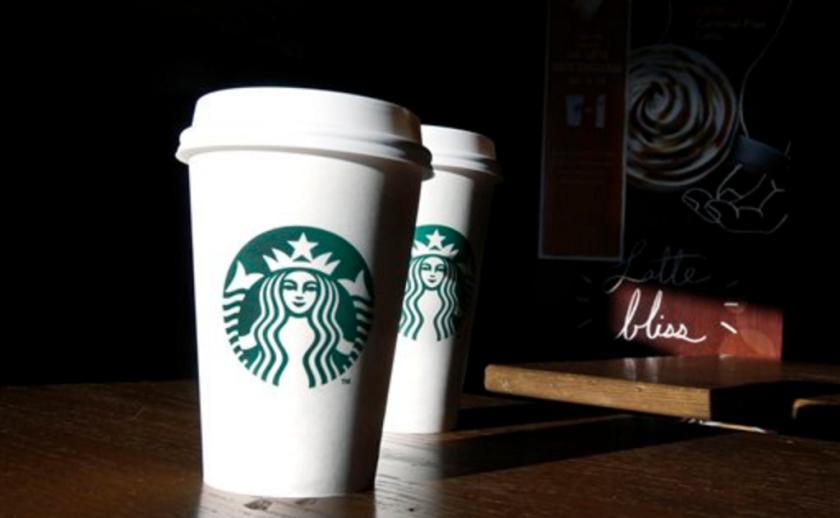Fotografía de archivo de dos vasos en una cafetería Starbucks en North Andover, Massachusetts. (AP Foto/Elise Amendola, Archivo)