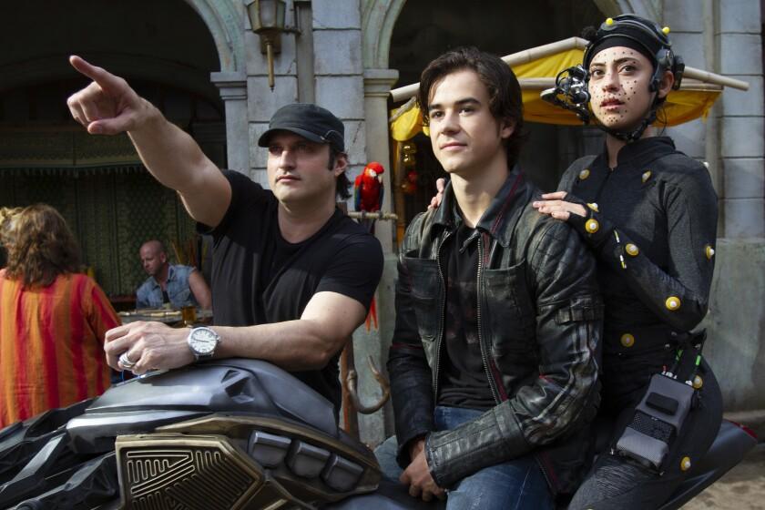 """Robert Rodriguez (izq.) dirige una escena de """"Alita: Battle Angel"""", que se encuentra ya en salas de los Estados Unidos."""