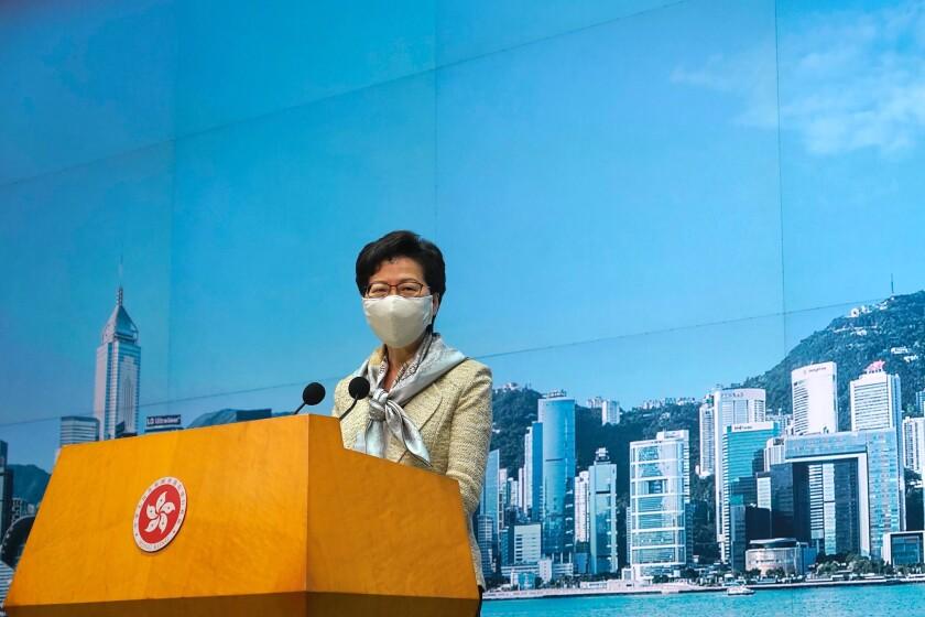 La directora general de Hong Kong, Carrie Lam, escucha preguntas de los periodistas