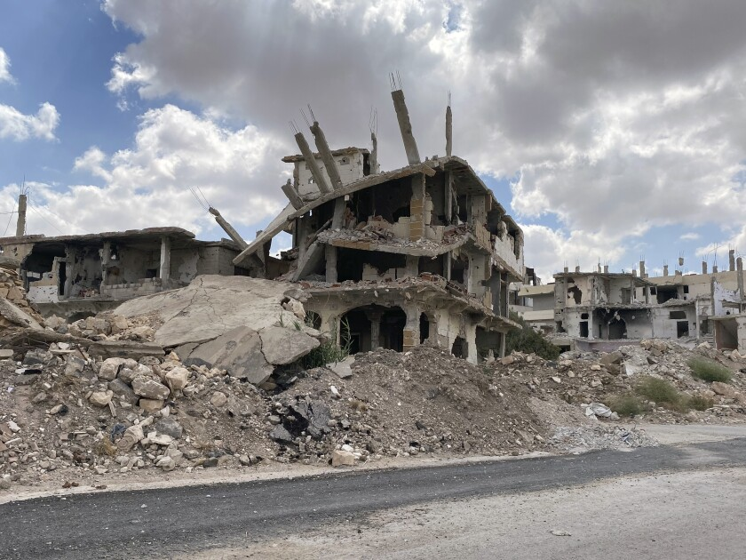 Esta imagen del 12 de septiembre del 2021 muestra edificios dañados por fuerzas del gobierno de Siria en un choque con combatientes rebeldes en la ciudad sureña de Daraa. La comisionada de derechos humanos de la ONU dijo el 24 de septiembre que su oficina ha documentado las muertes de 350.209 personas _civiles y combatientes_ en la guerra civil de Siria en la última década, aunque admitió que la cifra real es seguramente mucho más elevada. (AP Foto)