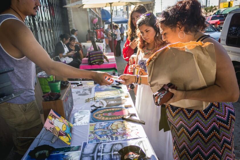 Residentes visitan y hacen compras en el Paseo de Arte del Este de Los Ángeles. Foto de Ernesto Orozco.