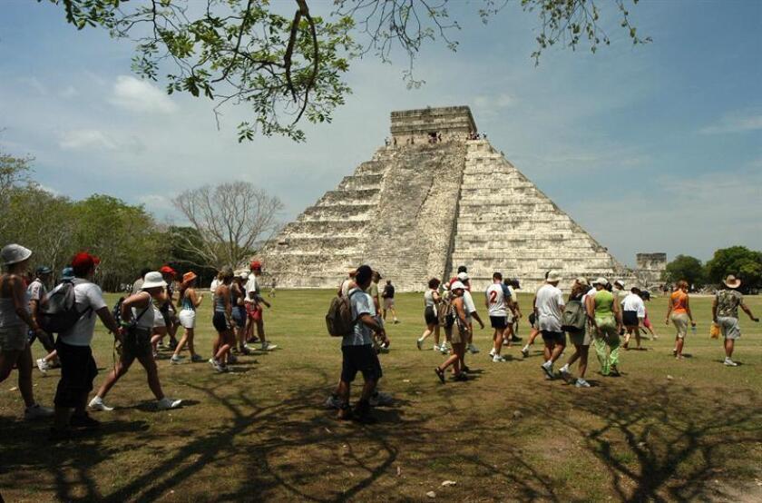 Imagen de archivo del abril de 2010 de la zona arqueológica de Chichén Itzá, en el estado mexicano de Yucatán. Esta zona turística será uno de los destinos a los que llegue el Tren Maya impulsado por el gobierno de Andrés Manuel López Obrador. EFE/ARCHIVO