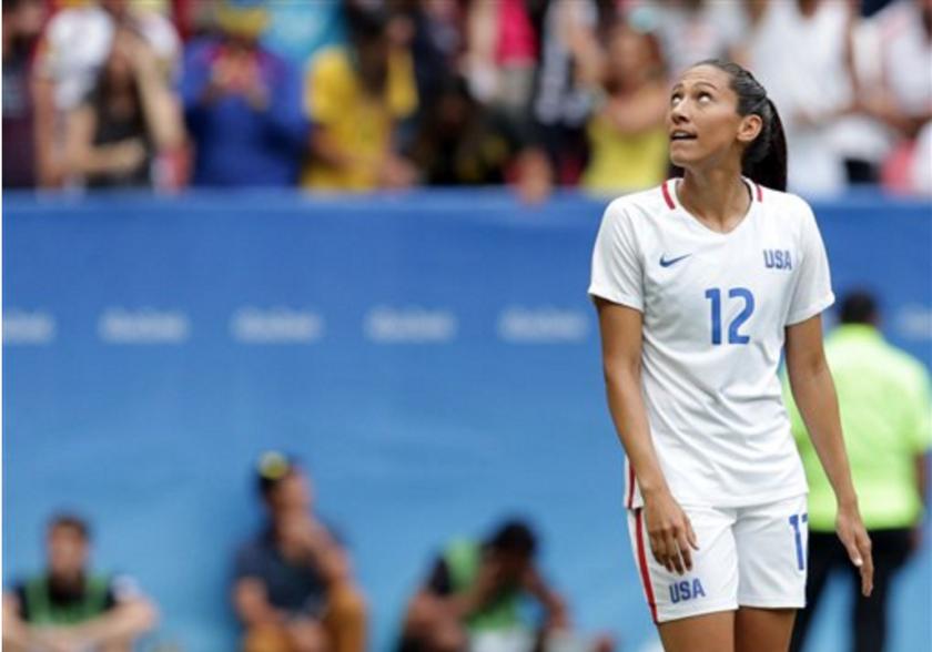 La estadounidense Christen Press mira hacia arriba luego de fallar un penal en un encuentro de cuartos de final del fútbol olímpico ante Suecia, el viernes 12 de agosto de 2016, en los Juegos Olímpicos. El partido se disputó en Brasilia (AP Foto/Eraldo Peres)