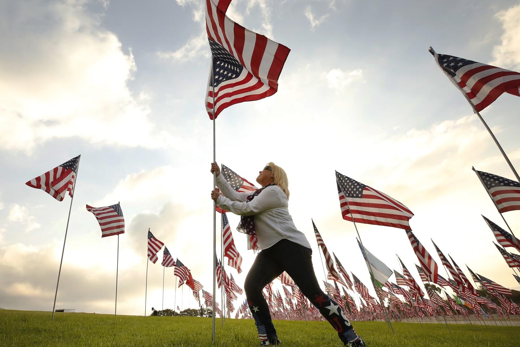 2001 FIREMAN RAISE USA FLAG AT WORLD TRADE CENTER PHOTO NEW YORK CITY AMERICANA