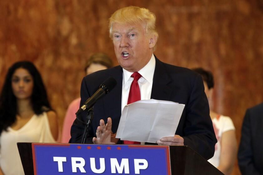 Donald Trump en una conferencia de prensa donde aseguró que le donó dinero a grupos de veteranos de guerra en Nueva York el martes 31 de mayo del 2016. (AP Photo/Richard Drew)