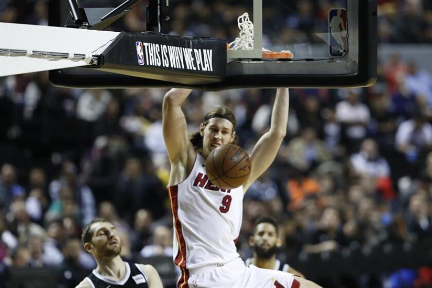 El jugador de los Heat de Miami Kelly Olynyk encesta el sábado 9 de diciembre de 2017, durante un partido de baloncesto de la NBA, entre los Nets de Brooklin y los Heats de Miami, disputado en la Arena Ciudad de México. EFE/Archivo