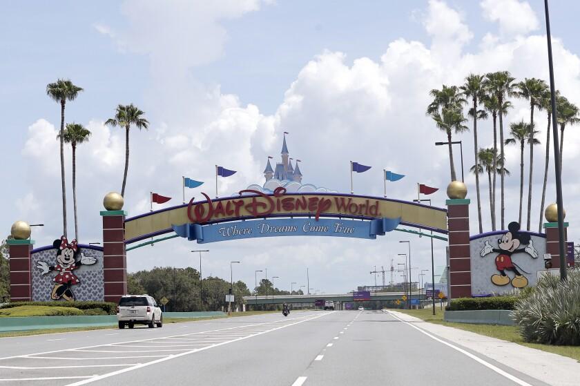 Esta foto del 2 de julio del 2020 muestra la entrada a Walt Disney World, en Lake Buena Vista, Florida.