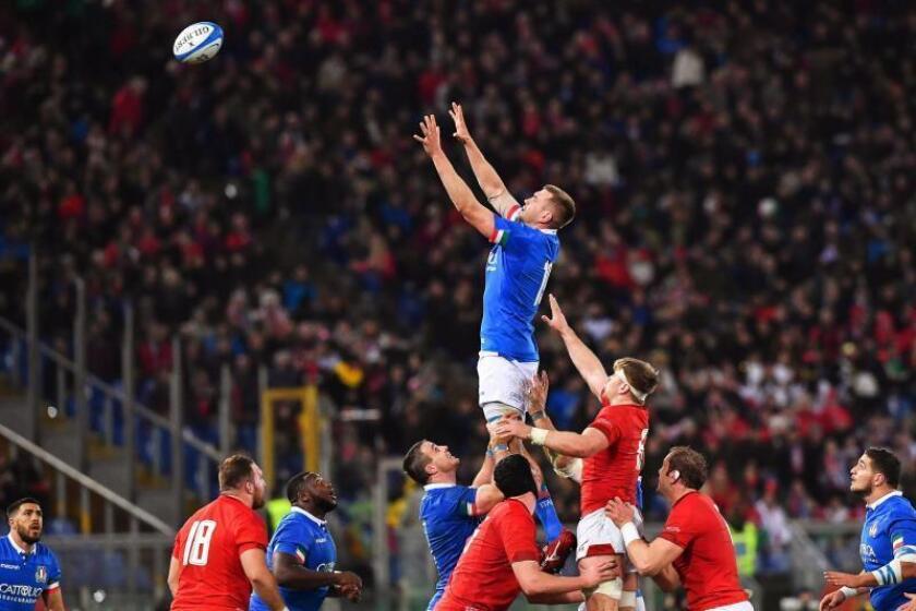El italiano Federico Ruzza (c) ante una recepción en el partido del Seis Naciones que han jugado Italia y Gales en el Olímpico de Roma, Italia. EFE/EPA