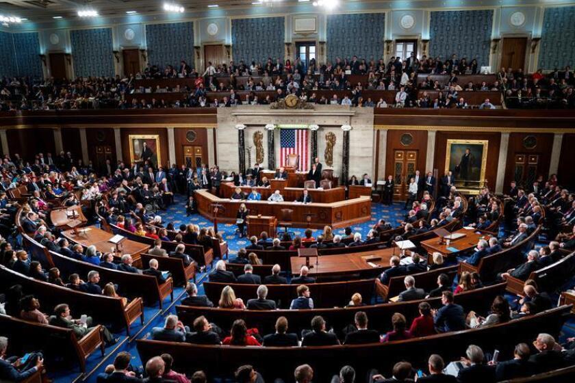 Vista general del pleno del Congreso estadounidense durante la ceremonia de posesión de la nueva presidenta de la Cámara Baja estadounidense, por parte de la líder demócrata Nancy Pelosi, en el 116? Congreso estadounidense en el Capitolio, en Washington, Estados Unidos, el 3 de enero de 2019. EFE/Archivo