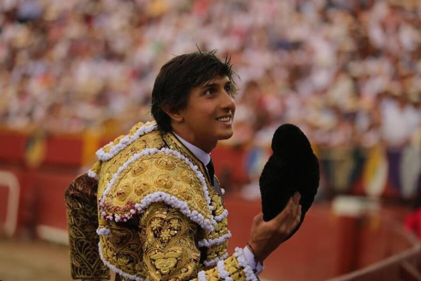 El diestro peruano Andrés Roca Rey saluda a la afición durante la quinta y última corrida de la Feria del Señor de los Milagros, celebrada hoy en la histórica plaza de Acho, en Lima (Perú). EFE