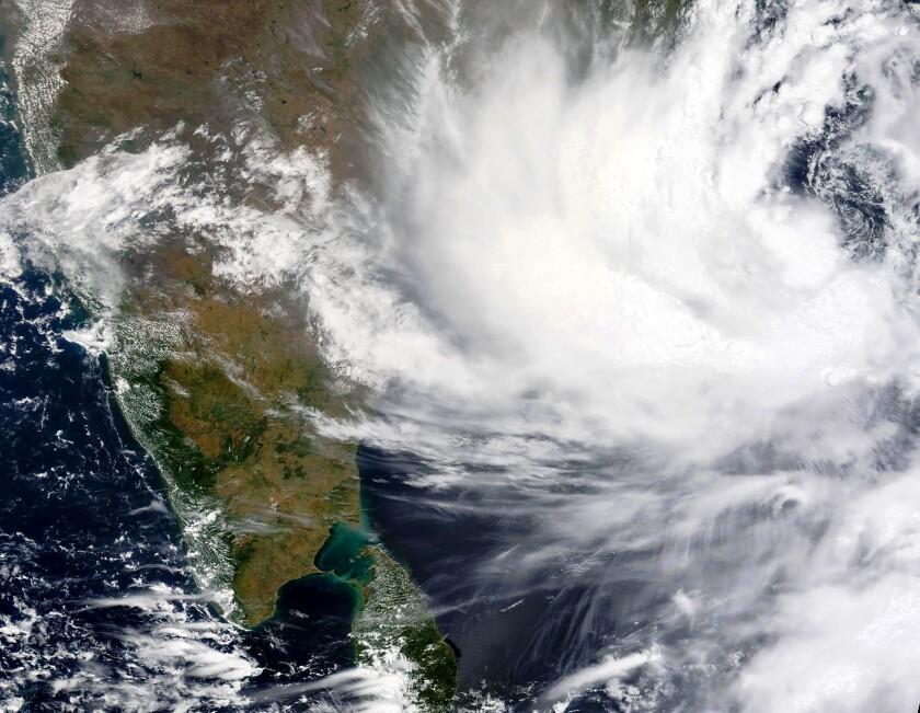 En esta imagen del lunes 24 de mayo de 2021, una foto de satélite proporcionada por la NASA muestra el ciclón Yaas acercándose a la costa oeste de India. Se esperaba que tocara tierra el miércoles 26 de mayo de 2021. (NASA Worldview, Sistema de Información y Datos de Observación Terrestre (EOSDIS) via AP)