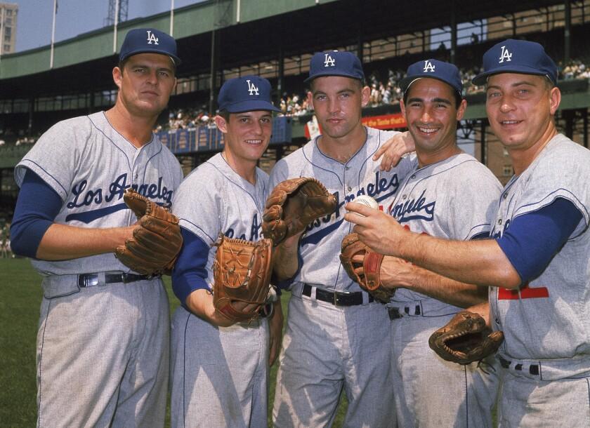 ARCHIVO - En imagen de archivo de agosto de 1962, los lanzadores de la rotación de los Dodgers
