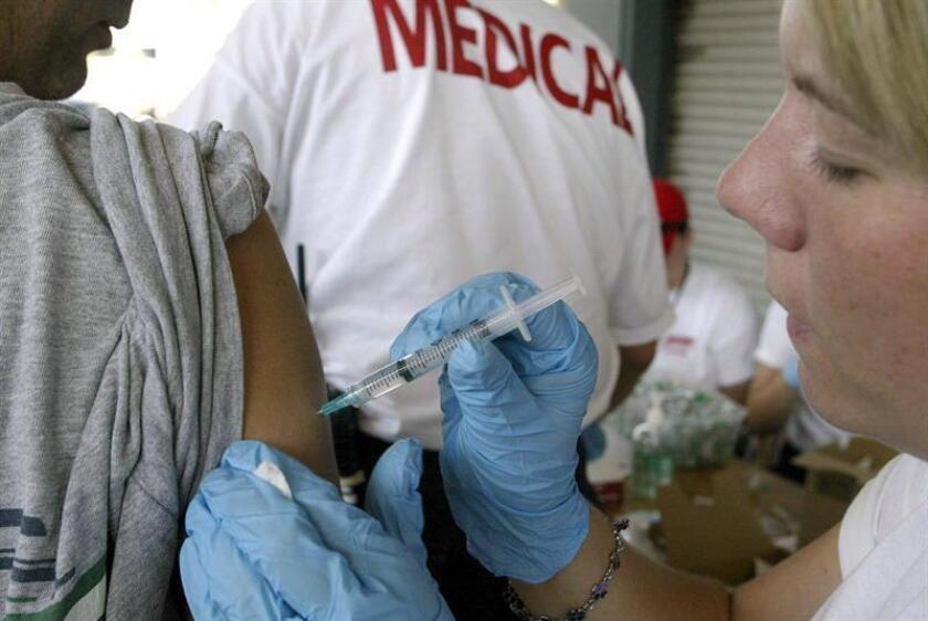 Una doctora voluntaria vacuna a un niño enn el centro de Nueva Orleáns el viernes 9 de septiembre. Varios doctores voluntarios que trabajan con el departamento de Salud y Hospitales y de la Salud Pública aplican vacunas contra la Hepatitis A y B y el Tétano. EFE/Archivo