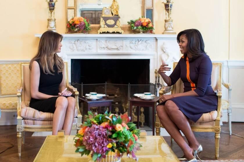 Melania Trump (i) dialoga con Michelle Obama, durante una reunión en la Casa Blanca.