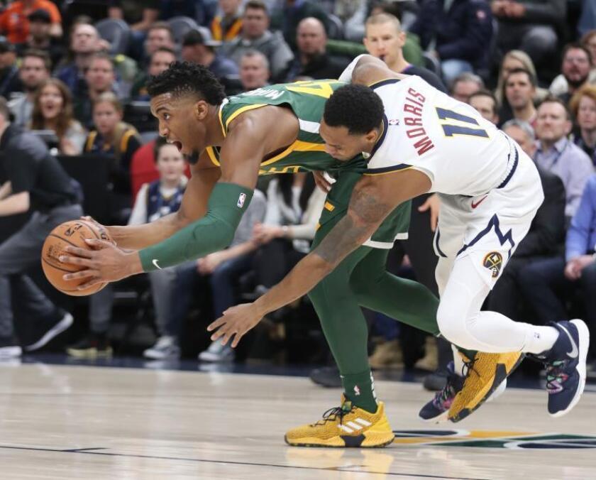 Donovan Mitchell de Utah Jazz (i) en acción ante Monte Morris (d) de Denver Nuggets este miércoles, durante un partido de la NBA, entre Utah Jazz y Denver Nuggets, en Vivint Smart Home Arena en Salt Lake City, Utah (EE.UU.). EFE