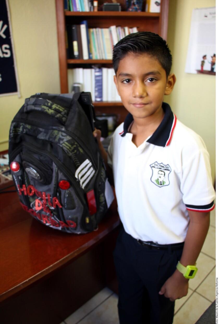 Juan David Hernández Rojas, alumno de sexto grado de la Primaria Lázaro Cárdenas del Río, ubicada en la Colonia San Rafael, dijo que la mochila cuenta con placas metálicas que impiden el paso de proyectiles, además de un GPS, una alarma de emergencia, una lámpara y luces reflejantes.