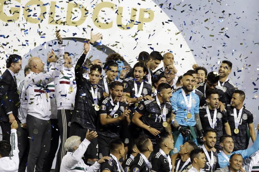 Jugadores de la selección mexicana de fútbol festejan