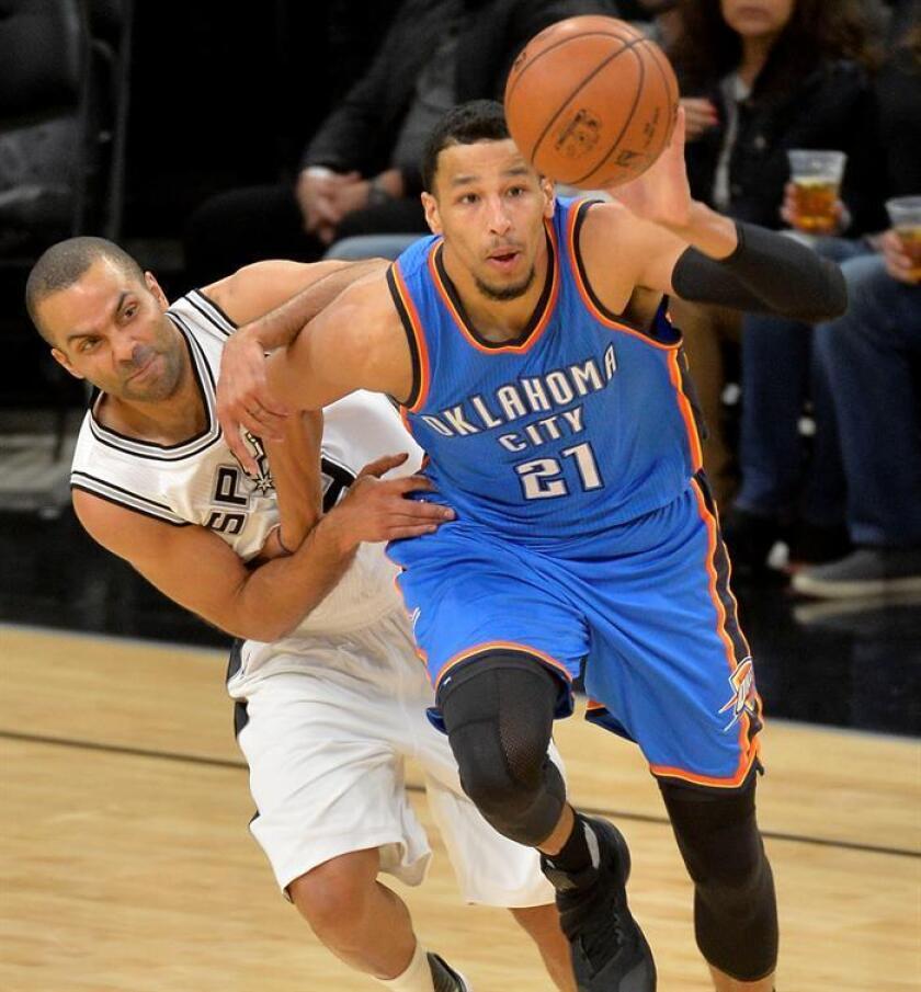 El jugador de Thunder Andre Roberson (d) conduce el balón ante la marca de Tony Parker (i), de Spurs, hoy, martes 31 de enero de 2017, durante un partido por la NBA entre Spurs y Thunder en San Antonio, Texas (EE.UU.). EFE