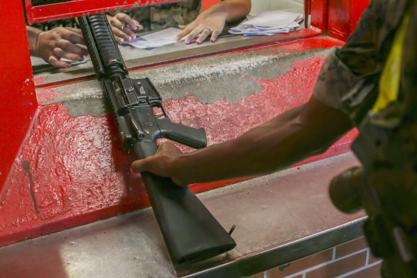 En esta imagen del 21 de junio de 2019 proporcionada por la Infantería de Marina de Estados Unidos, un recluta recibe un rifle en un arsenal de Infantería de Marina, Parris Island, Carolina del Sur, en Estados Unidos. La armería está al cargo de más de 10.000 rifles en Parris Island. En la primera investigación en su tipo en décadas, The Associated Press ha descubierto que al menos 1.900 armas militares estadounidenses se perdieron o fueron robadas a lo largo de la década de 2010, y algunas resurgieron en crímenes violentos. Debido a que las fuerzas armadas no han dado información básica, el número al que llegó la AP es sin duda un cálculo menor. (Cabo de lanceros Ryan Hageali/Infantería de Marina via AP)
