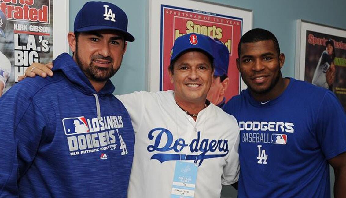 Carlos Vives (c) invitado estelar de los Dodgers en el Dodger Stadium.