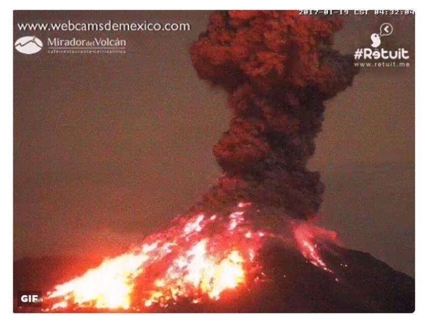 Los municipios de Zapoltitic y Tamazula, en el occidental estado de Jalisco, registraron hoy caída ligera de ceniza por una explosión del Volcán de Colima, el más activo de México, ocurrida en la madrugada. EFE/WEBCAMDEMEXICO/CRÉDITO OBLIGATORIO/SOLO USO EDITORIAL/ MÁXIMA CALIDAD DISPONIBLE