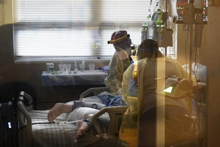 Foto de archivo del 18 de agosto de 2021 de personal médico atendiendo a un paciente con coronavirus