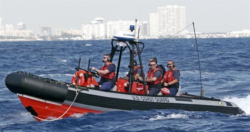 Siete cubanos, cinco hombres y dos mujeres, fueron detenidos tras alcanzar las costas de los Cayos de Florida en una rústica embarcación y serán procesados para su deportación, informaron hoy medios locales. EFE/ARCHIVO
