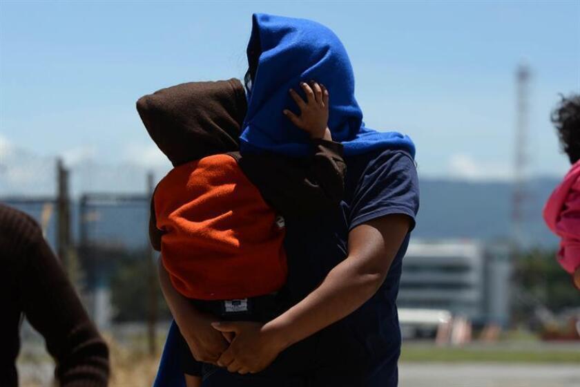 Una mujer y su hijo llegan a Ciudad de Guatemala (Guatemala) tras ser deportados de Estados Unidos. EFE/Archivo