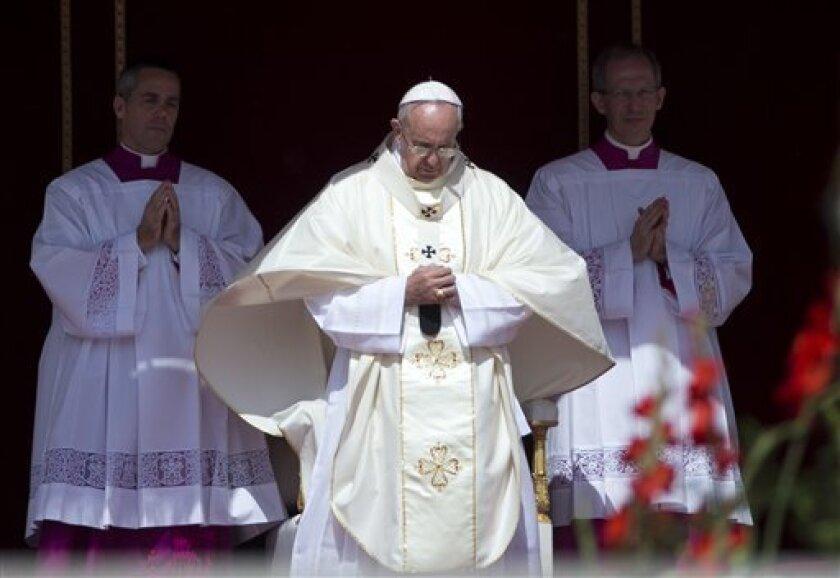 La Iglesia católica prohíbe a sus fieles esparcir las cenizas de los difuntos, dividirlas entre los familiares y también que sean conservadas en casa, según un nuevo documento publicado hoy.