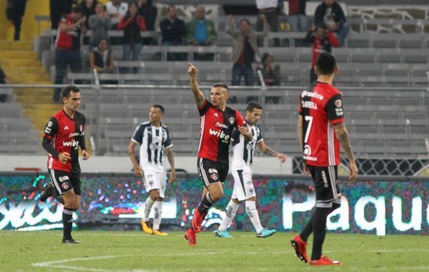 Christian Tabo (c) de Atlas celebra su anotación contra Monterrey el jueves 23 de noviembre de 2017. EFE/Archivo