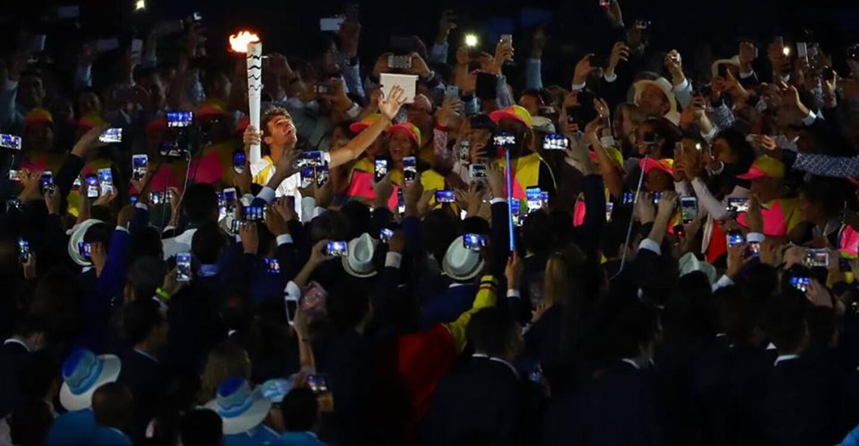 La llama arribó al Maracaná en manos del extenista Gustavo 'Guga' Kuerten, uno de los deportistas más queridos en Brasil y quien no podía contener las lágrimas.