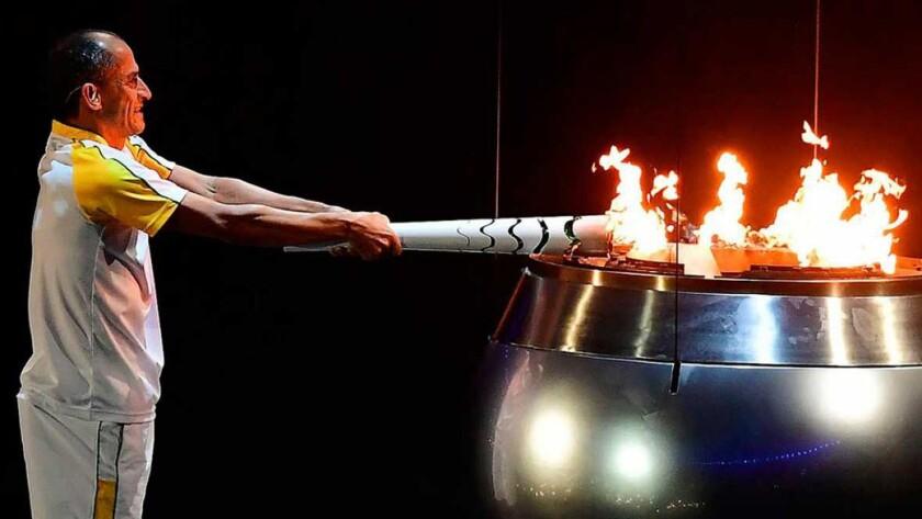 La antorcha subastada fue la que usó el exmaratonista Vanderlei Cordeiro de Lima para encender el pebetero olímpico.