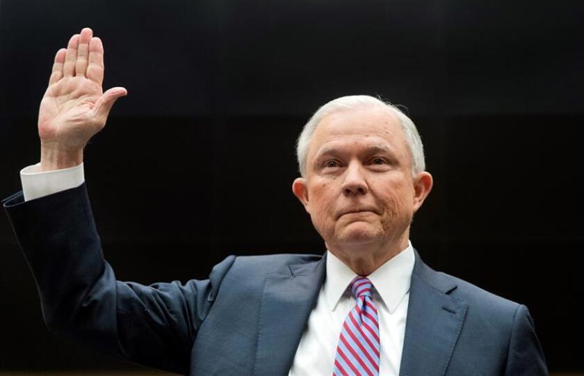 """El presidente de EE.UU., Donald Trump, ordenó al equipo de abogados de la Casa Blanca que evitara que el fiscal general, Jeff Sessions, se inhibiera de la investigación de la llamada """"trama rusa"""", que busca aclarar si existió una colusión entre el Kremlin y el equipo de campaña del ahora mandatario. EFE/ARCHIVO"""