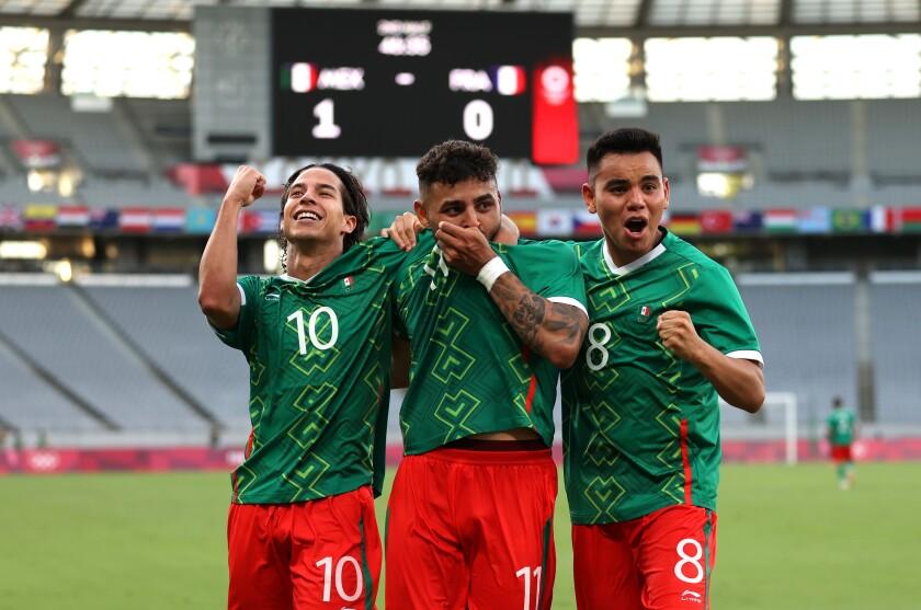 Alexis Vega, celebra con Carlos Rodriguez y Diego Lainez (Photo by Dan Mullan/Getty Images)
