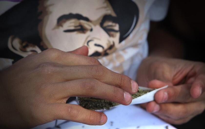 Fotografía fechada el 20 de diciembre de 2017, que muestra a una persona preparando un cigarro de marihuana en Ciudad de México (México). El gobernador de Jalisco (oeste de México), Aristóteles Sandoval, se pronunció hoy en favor de la legalización del uso de la marihuana en todo los estados del país y no solo en los destinos turísticos como sugirió el jueves el secretario de Turismo de México, Enrique de la Madrid. EFE/ARCHIVO