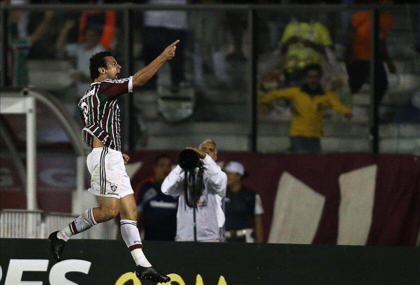 El jugador de Fluminense Fred (i) celebra su anotación ante Emelec el 8 de mayo de 2013, durante su partido de octavos de final de la Copa Libertadores en el estádio São Januário en la ciudad de Río de Janeiro (Brasil). EFE/Archivo