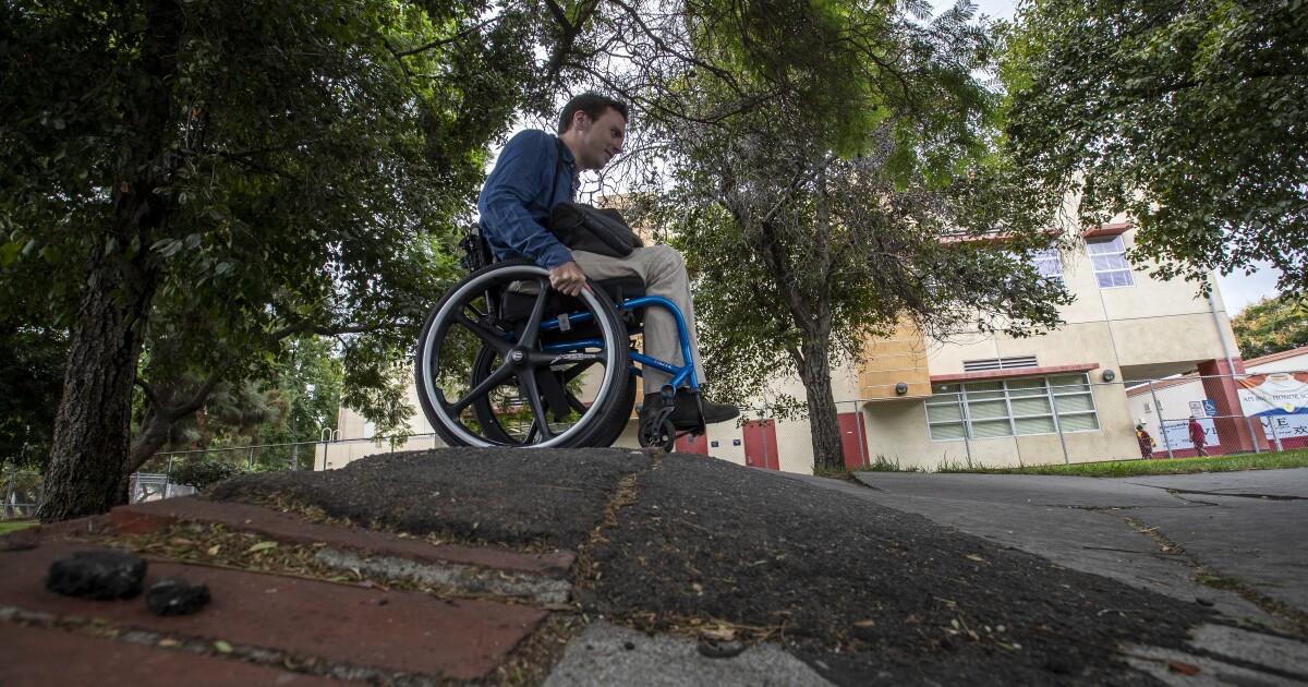 Cara yang mengkhawatirkan foto dari kursi roda kecelakaan terkena L. A. lusuh trotoar