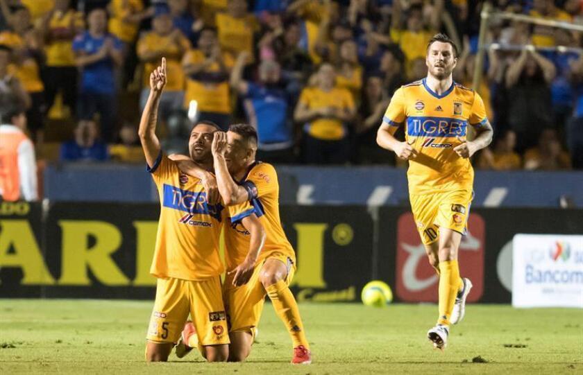 Rafael de Souza (i), Junior Anselmo (c) y André-Pierre Gignac (d) de Tigres celebran una anotación en el estadio Universitario de Monterrey (México). EFE/Archivo