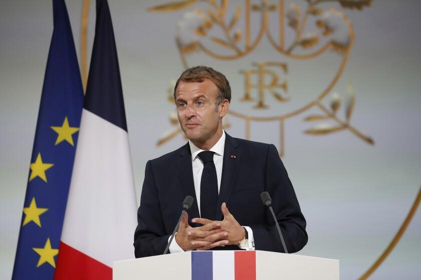 El presidente francés Emmanuel Macron habla en una reunión en memoria de los argelinos