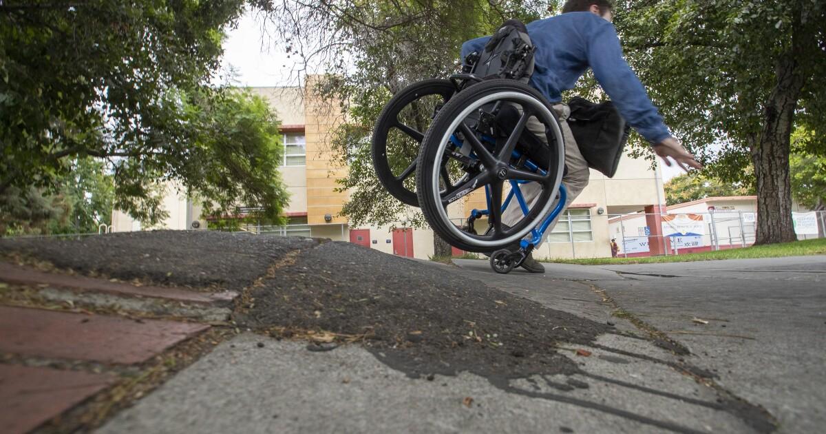 コラム:L.A.の障害者スクーターの悪歩道なの危険性