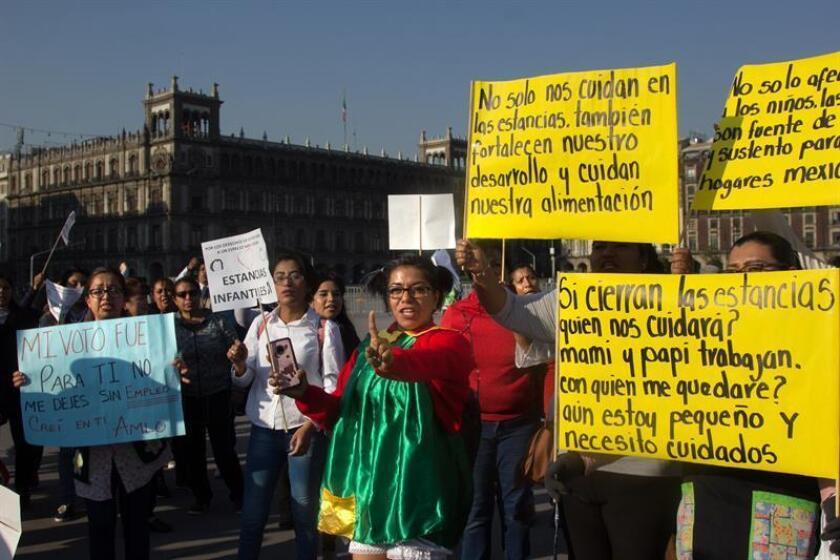 Empleados de estancias infantiles protestan este martes, frente a Palacio Nacional, en Ciudad de México (México). La Comisión Nacional de Derechos Humanos (CNDH) de México alertó este martes sobre el riesgo de afectaciones a los derechos de niños y sus familiares por el recorte en el presupuesto al programa de guarderías anunciado por el Gobierno, que ha generado una fuerte polémica en el país. EFE
