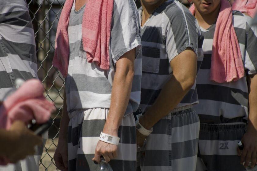 """""""La bandera es un símbolo de patriotismo, que todos debemos respetar"""", dijo Arpaio al término de la ceremonia de entrega celebrada en la cárcel al intemperie donde las temperaturas alcanzaron cerca de los 110 grados Fahrenheit."""