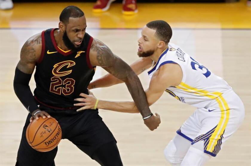 LeBron James (i) de Cleveland Cavaliers frente a Stephen Curry (d) de Golden State Warriors durante uno de los partidos de la final de la NBA. EFE/Archivo