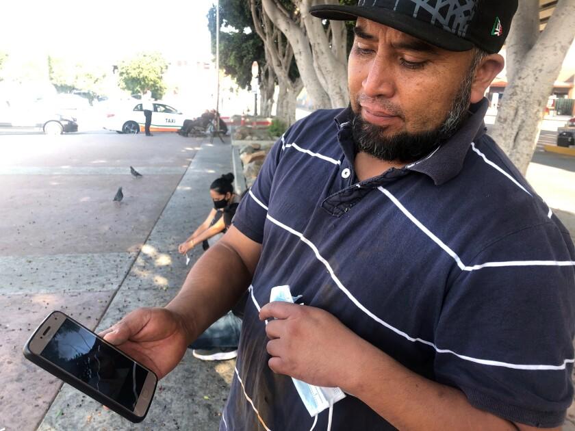 José Edgar Zuleta muestra una foto de su hijo de 21 años en Tijuana, México