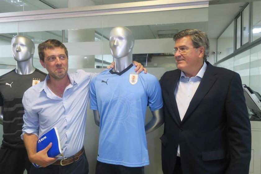 El presidente electo de la Asociación Uruguaya de Fútbol (AUF), Ignacio Alonso (izq), posa junto al presidente del Comité Regularizador de la AUF, Pedro Bordaberry (dcha), este jueves, en Montevideo (Uruguay). EFE
