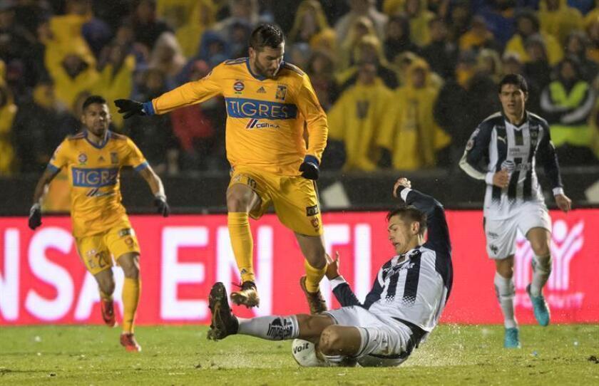 El jugador de Tigres Andre gignac (i) disputa un balón frente a Cesar Montes (d) de Rayados durante el partido de ida de la final del Torneo Apertura 2017, entre Rayados de Monterrey y Tigres de la UANL, en el Estadio Universitario de la ciudad de Monterrey (México). EFE/Archivo