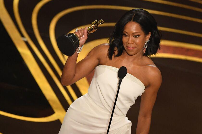 Regina King recibe su Premio de la Academia en el Dolby de Hollywood.