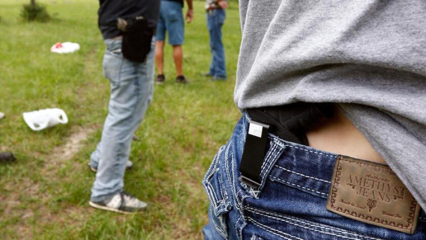 Los propietarios de armas argumentaron que la prohibición, además de las restricciones del condado respecto a armas ocultas, les hizo imposible defenderse en público.