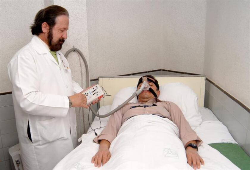 Un médico examina a un paciente durante su periodo de sueño en un hospital. EFE/IMSS/SOLO USO EDITORIAL